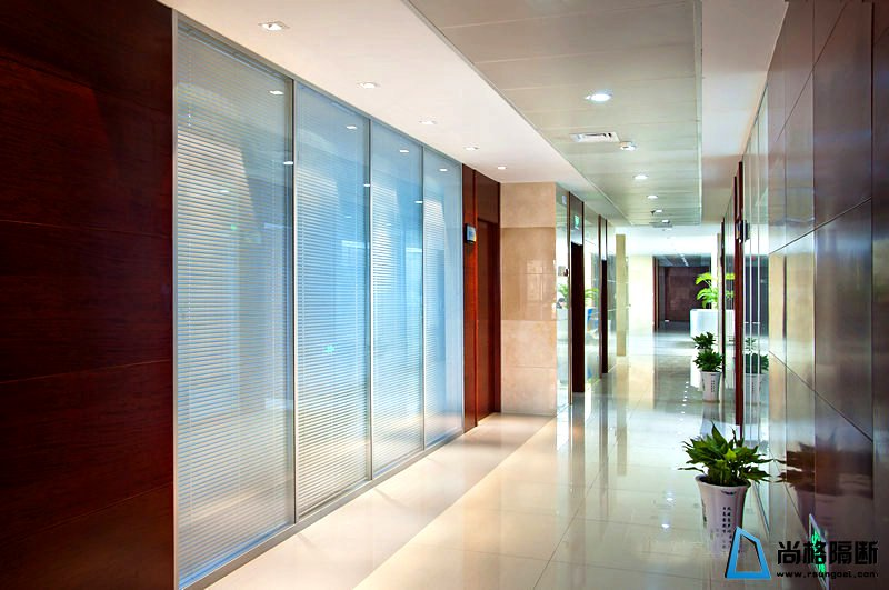 板材+玻璃办公隔断